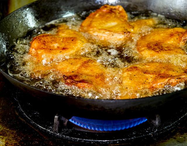 鶏の脂と大豆油に溺れる寸前の讃岐コーチン骨付きモモ肉